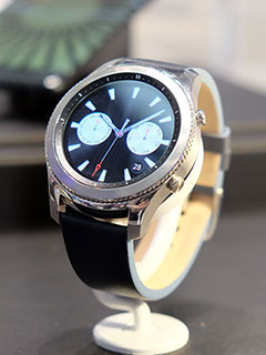 First looks: The Samsung Gear S3, a smartwatch that looks like a nice normal watch