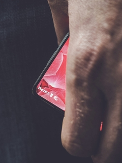 Android creator Andy Rubin teases new bezel-less Essential phone