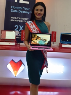 Redfox gives all-new Wizbook Arc hybrid to Miss Redfox Philippines 2017