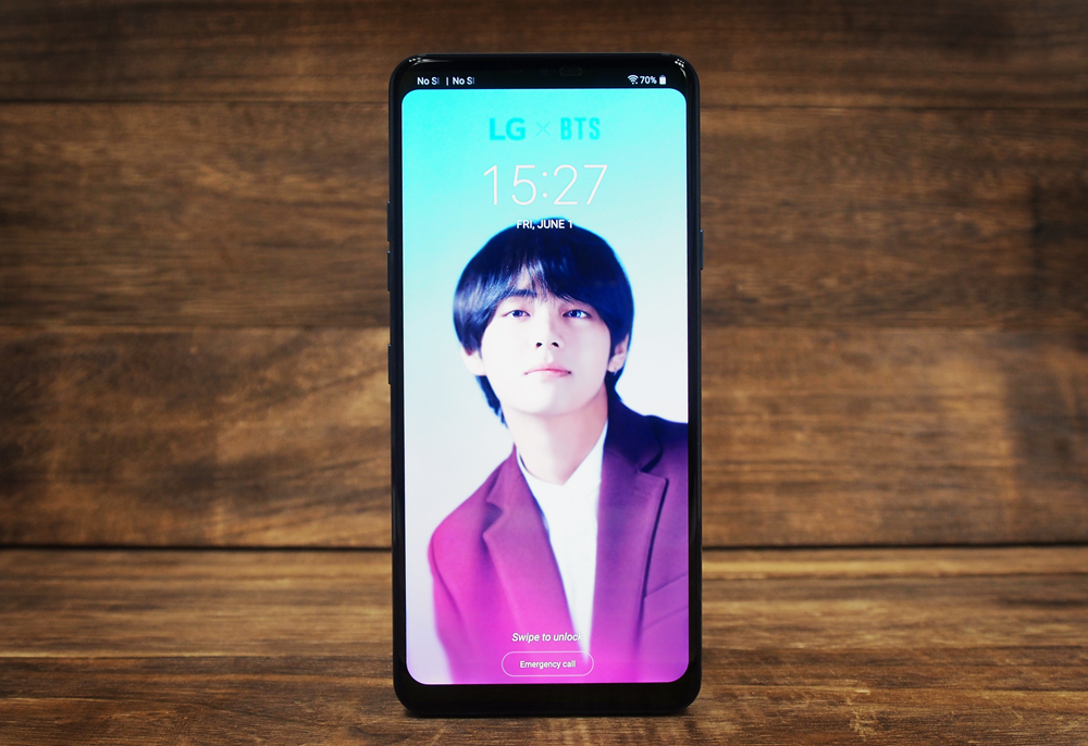 Experiencing the S$118 LG x BTS case with the LG G7+ ThinQ to unlock exclusive content!