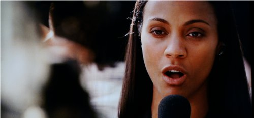 Zoe Saldana looked beautiful as ever thanks in great part to the good color reproduction of the Samsung D8000.