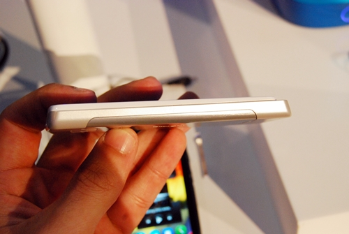 Weighing just 96g and measuring 9.7mm thin, the Nokia 700 is indeed one of the most compact phones around.