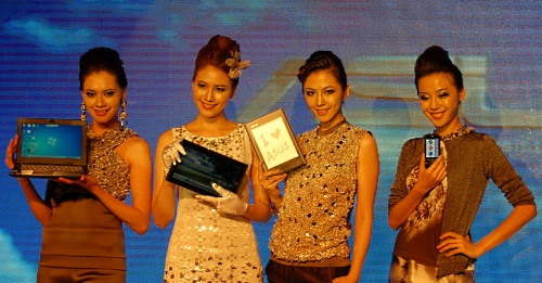 And lastly, models showing off the highlights from ASUS' press event today. Catch these gadgets and more when we troop off to ASUS' booth at Computex 2010 this week.