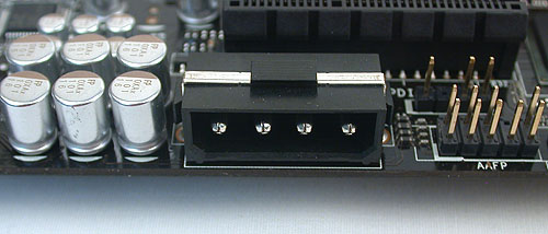 ASUS has included two such EZ Plug 4-pin power connectors for the PCIe slots. Here's one of them.