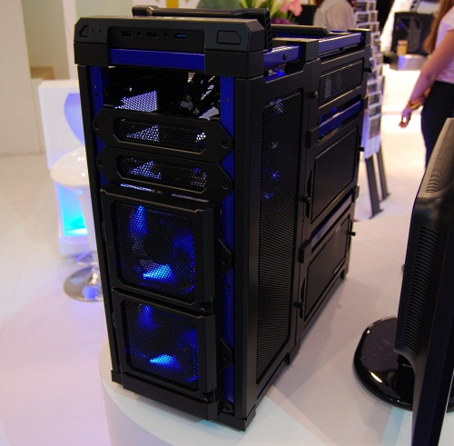 Here's another view of the LanBoy Air, this time in a black and blue color scheme. You can install up to a maximum of 15 fans on this chassis, including top 120mm fans, 120mm HDD fans, and TriCool LED fans for the graphics. One of the unique thing about this chassis is that you can remove the meshed panels of the sides in a modular fashion, both for easy access and installation of components.