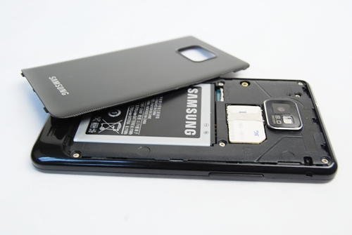 The back cover is extremely easy to pry open without having to break a nail. Simply snap it off from the little opening at the top. The usual suspects are found here: the battery compartment, MicroSD and SIM cards. The SIM card is hot swappable.