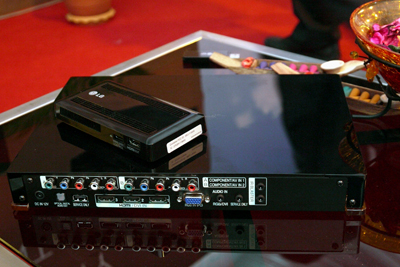 The bigger box below is the optional Wireless Media Hub which you can connect all of your AV peripherals to. The smaller gizmo on top is the receiver adaptor unit which goes to the TV via a single HDMI connection. According to LG, the wireless transmission between source components and receiver is RF-based.