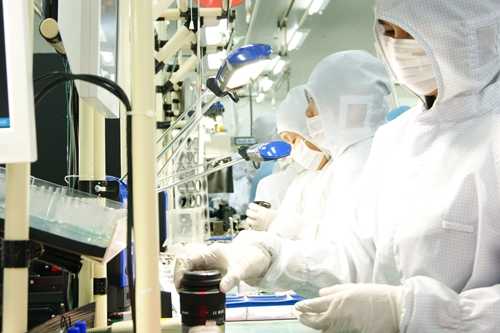 The lenses are assembled in a dust-free Clean Room to ensure optimum quality. The camera body and other key parts are made in Thailand with the exception of the sensors - these are imported into STT-A for assembly from Japan. (Photo courtesy of Sony)