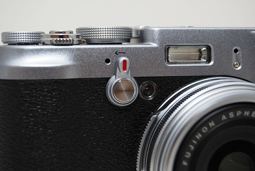 Flip the viewfinder lever to easily toggle between optical and electronic viewfinder modes.