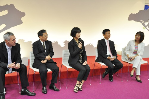 The speakers including Miss Akiko Yanagi, Executive Director of Creative, Fuchigami Printing Corporation (in the middle) who spoke about how digital printing on the Fuji Xerox Color 800 Press helped accelerate the production of clients' deliverables without compromising quality. She also mentioned that these printers are less noisy compared to their company's older printer.