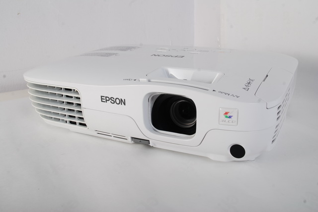 Clad in a glossy white exterior, the Epson EB-S10 sports a consumer-friendly physique, thought it is ultimately designed for business and educational purposes.