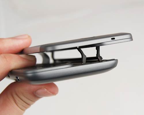 Thanks to the Z-hinge design, popping the display out to reveal the QWERTY keyboard is an easy affair.