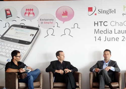 Loren Shuster, Vice President of SingTel Consumer Marketing (centre), and Lennard Hoornik, President of HTC South Asia Pacific (right), were present to launch the HTC ChaCha.