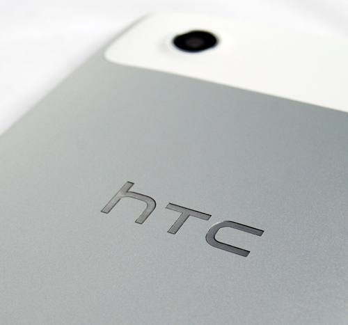 The HTC brand name and unibody aluminum body exude a premium look for the Flyer.