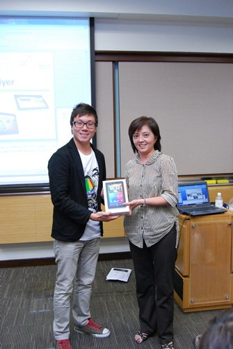 The lucky winner of the HTC Flyer, Ms. Sng Swee Lian, posing beside Mr. Wayne Tang, Product Manager of HTC Singapore.