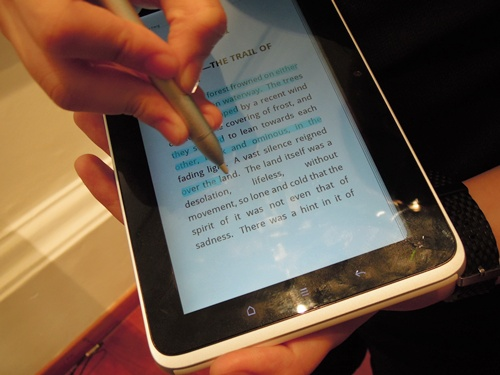 A HTC staff giving us a demonstration on how to use the pen to highlight text. Admittedly, we found the experience to be quite jarring and awkward at first, and it took some time to get used to it - mostly because of the need to long press either of the buttons while highlighting or erasing.