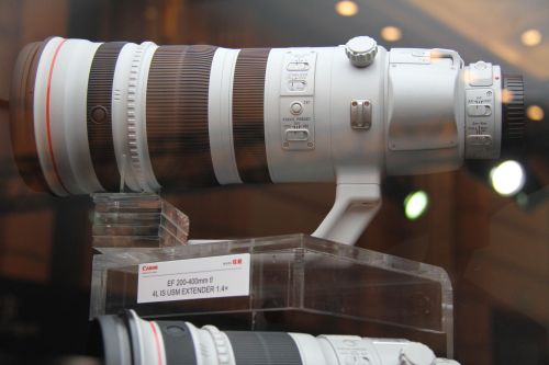 The Canon EF 200-400mm f4L IM USM 1.4x Extender telephoto lens has a teleconverter switch that allows users to convert the lens to a 280-560mm f5.6 lens.