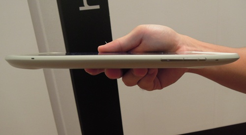 There's nothing on the right profile of the tablet, but on the left, we have the usual volume buttons. The buttons are not too thin and protrude enough for comfortable pressing.
