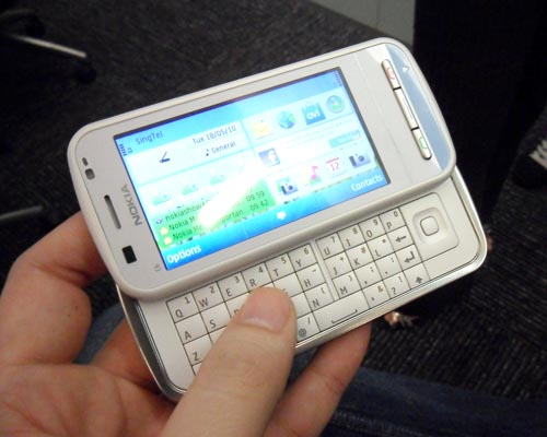 The Nokia C6 shares a similar form factor to the Nokia N97 and N97 mini, right down to the QWERTY keyboard. Available colors for the C6 includes black and white.
