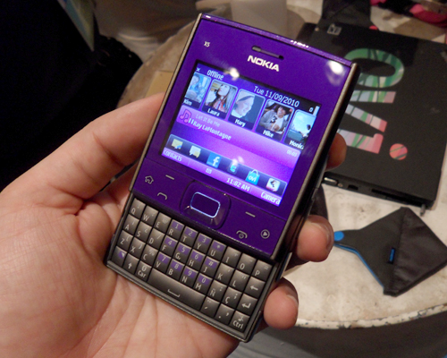 While it might have the X-series label, the X5 shares a similar keyboard layout to the one seen on the Nokia E72.