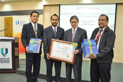 From L-R: Roslan Bin Awang Abd Rahman, Deputy Director, PTMK UMP; Saiful Lizam Mohd Khamis, Director of Technology Sales Public Sector and MRD, Oracle Corporation Malaysia; Prof Dato' Dr Daing Mohd Nasir Daing Ibrahim, Vice Chancellor UMP; and Prof Dr Badhrulhisham Bin Abdul Aziz, Assistant Vice Chancellor (Academic & International), UMP