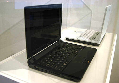 The Fujitsu P7230, also designed by Kenichi Kimura was on display. This model with ultra clean lines and curves is unfortunately unavailable for the moment but will soon be launched by Fujitsu.
