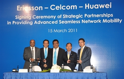 Abdul Satar Mohamed, Chief Network Officer of Celcom Axiata Berhad (centre) handing the appointment documents to Arun Bansal, President of South East Asia and Oceania, Ericsson (far left) and Dai Jing Yue, Managing Director of Huawei Malaysia (far right). Witnessing this momentous moment were the Deputy Minister of Information, Communications and Culture, Y.B. Dato' Joseph Salang (second from right) and Dato' Sri Shazalli Ramly, Chief Executive Officer of Celcom Axiata Berhad (second from left)