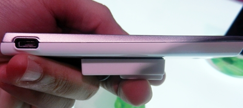 We really like the slim profile of the Xperia ray, which measures in at 9.4mm.
