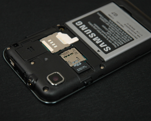 The microSD slot placement makes the card hot-swappable (but remember to unmount it first!). The 1500mAh battery, as we shall see, helps endow the Galaxy S i9000 with excellent battery life.
