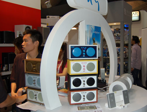 Besides the retro-looking speakers that come in different colors, Ban Leong is also offering Altec Lansing iPod compatible speakers at an attractive price.