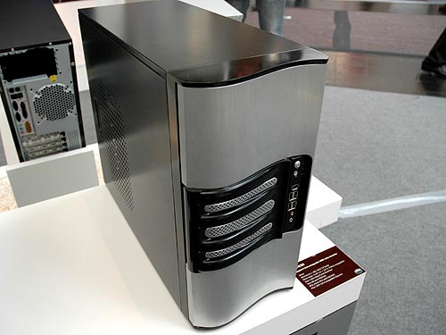The RC-930 is a large casing capable of housing large server motherboards up to 12-inch x 10.5-inch. Designed for the entry-level server market, this heavy 16kg chassis features four hot swappable SATA drive bays. Besides that, it also comes with six external 5.25-inch bays for even more storage expansion.