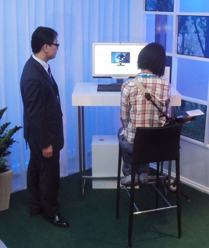 Here, you can see a user with a tilted neck using the monitor. The ErgoSensor will detect this posture and remind the user to correct it.