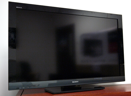 Framed with a simple black bezel and a lower strip of grey, Sony's 40-inch offering should blend in well with most modern decor. As usual, a commanding BRAVIA tag can be found at the top left corner. The panel wears a matte coat which makes it less reflective than glossy alternatives.