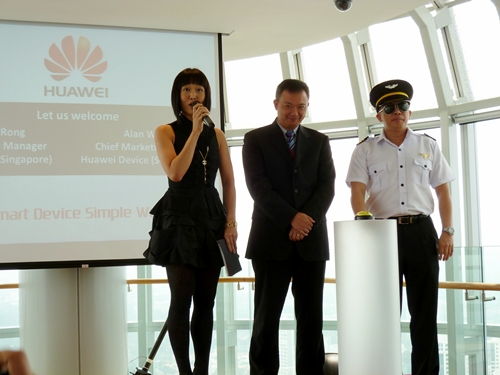 He Rong, General Manager of Huawei Singapore (center), and Alan Wong, Chief Marketing Officer for South Pacific (right) were present to grace the event.