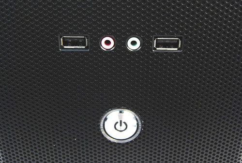 The front I/O panel consists of only two USB 2.0 ports, headphones and microphone jacks, as well as the mandatory power button. No reset button is to be found.