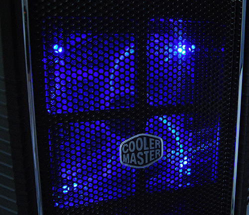 The large 140mm fan is complemented by soft glowing blue LEDs upfront.