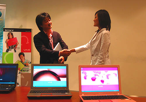 Shinichi Tanaka, Head of Sony Digital Imaging/IT Marketing Division, presents to star blogger Angie Yap a Seashell White VAIO C notebook.