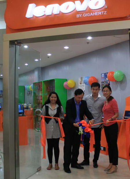 Lenovo Exclusive Store (LES) opening at SM Pampanga led by (from left to right): Mary Joy Edralin - Lenovo Retail Sales Specialist; Juanco Sibal - SM AVP for Operations; Erik Chua - General Manager, Gigahertz; and Ida Evina Ong - Lenovo 4P / Disti Manager for Consumer.