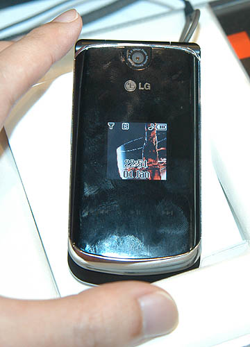 The next mobile phone in the Chocolate Black label series is the clamshell version, the KG810.