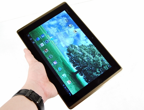 We like the bronze-black combination, which gives the ASUS Eee Pad Transformer a different look.