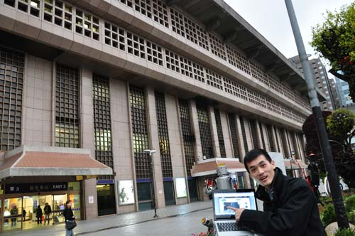 Same goes for a busy area like the Taipei Main Train Station. Seen here is Mr Barry Sum, Regional PR Manager for Intel willingly posing as our model.