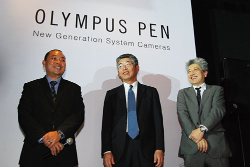 Olympus representatives, Jimmy Loh (left), GM, Singapore, Hirofumi Imano (center), GM, Design Center, and Toshiyuki Terada (right), Manager & Group Leader.