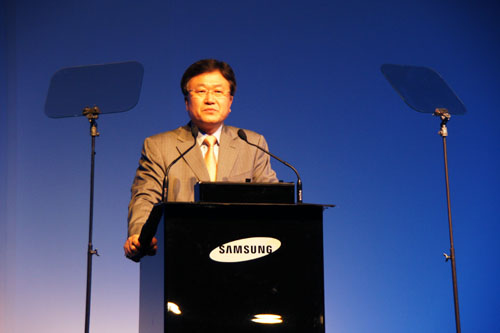 Sang-Jin Park, CEO of Samsung Digital Imaging, opened the forum with a strong focus on the Samsung NX10.