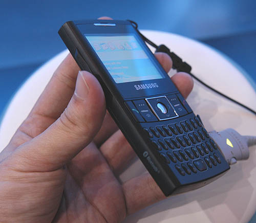 The Samsung i320n does resemble the Motorola Q in some ways.