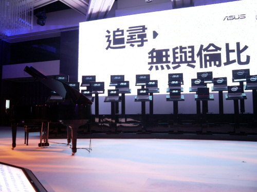 "The stage was set, and many of those present waited in anticipation before the Taiwanese pop star emerged. Those Chinese words flashed on the giant screen is the running slogan for the N43SL, loosely translated as ""in pursuit of excellence"" if you trust our shoddy Mandarin that is."