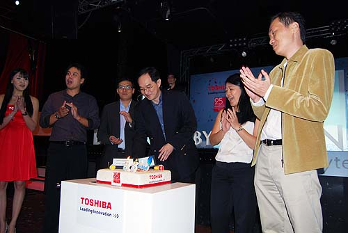 Toshiba's management celebrating the 25th birthday with a very tasty cake.