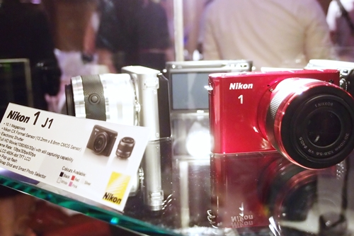 The Nikon 1 J1 comes with a smaller and more compact body at 106 x 61 x 29.8mm. It is also lighter at 234g (camera body only).