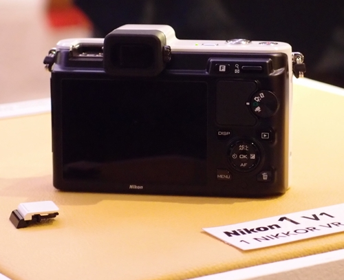 Unlike the J1, the V1 spots a EVF (SVGA) and a 3.0-inch 931k-dot TFT LCD monitor.
