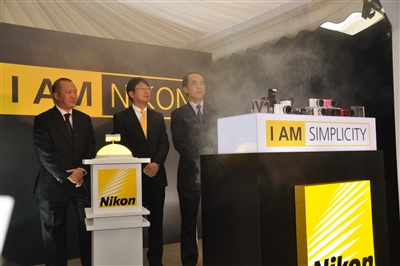 From L-R: Hon Soon Teng, General Manager of Consumer Products Sales, Nikon; Kimito Uemura, General Manager of International Marketing & Planning Division, Nikon Hong Kong, and David Ng, General Manager of Nikon Malaysia launching the Nikon 1 cameras