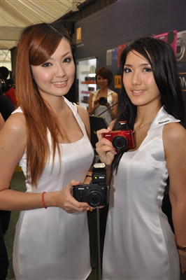 Models showcasing the Nikon 1 J1 and Nikon 1 V1 cameras
